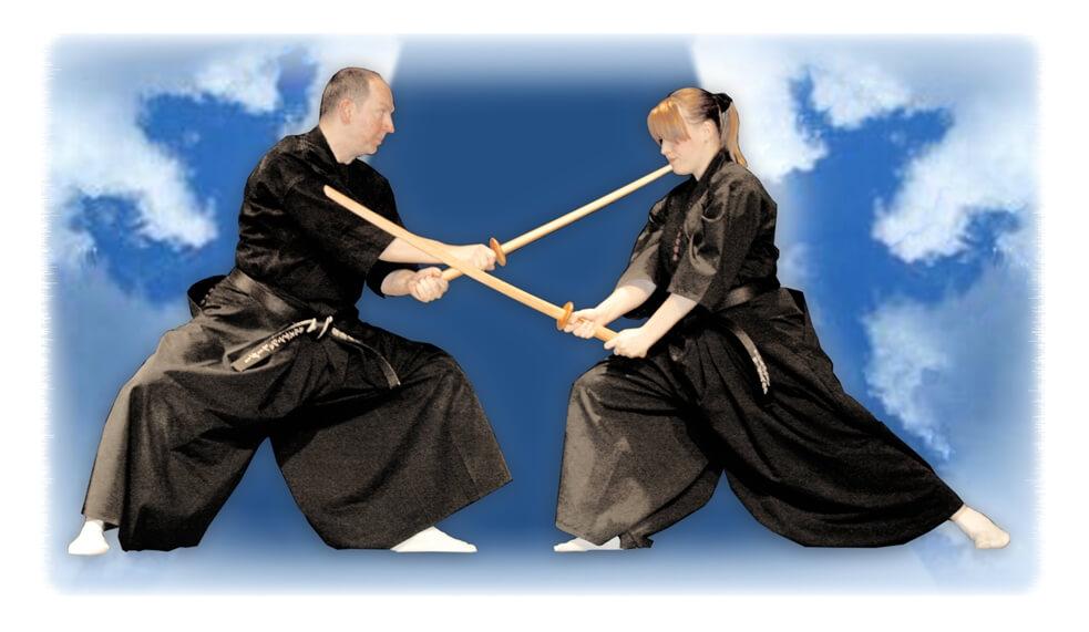 Im Tenshin Jikiden Dojo Berlin vermitteln wir Ihnen traditionelle japanische Kampfkünste wie Iaijutsu. Auf dem Bild sehen Sie Shihan Carsten Schroeder mit Anne Rosenbaum beim Partnertraining mit Bokken (Holzschwertern).